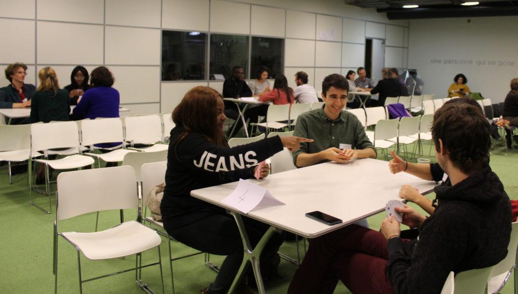 Groupe jouant à un jeu sur l'inclusion sociale