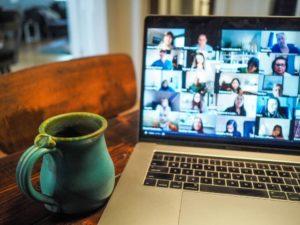 Ecran d'ordinateur montrant une réunion en visioconférence